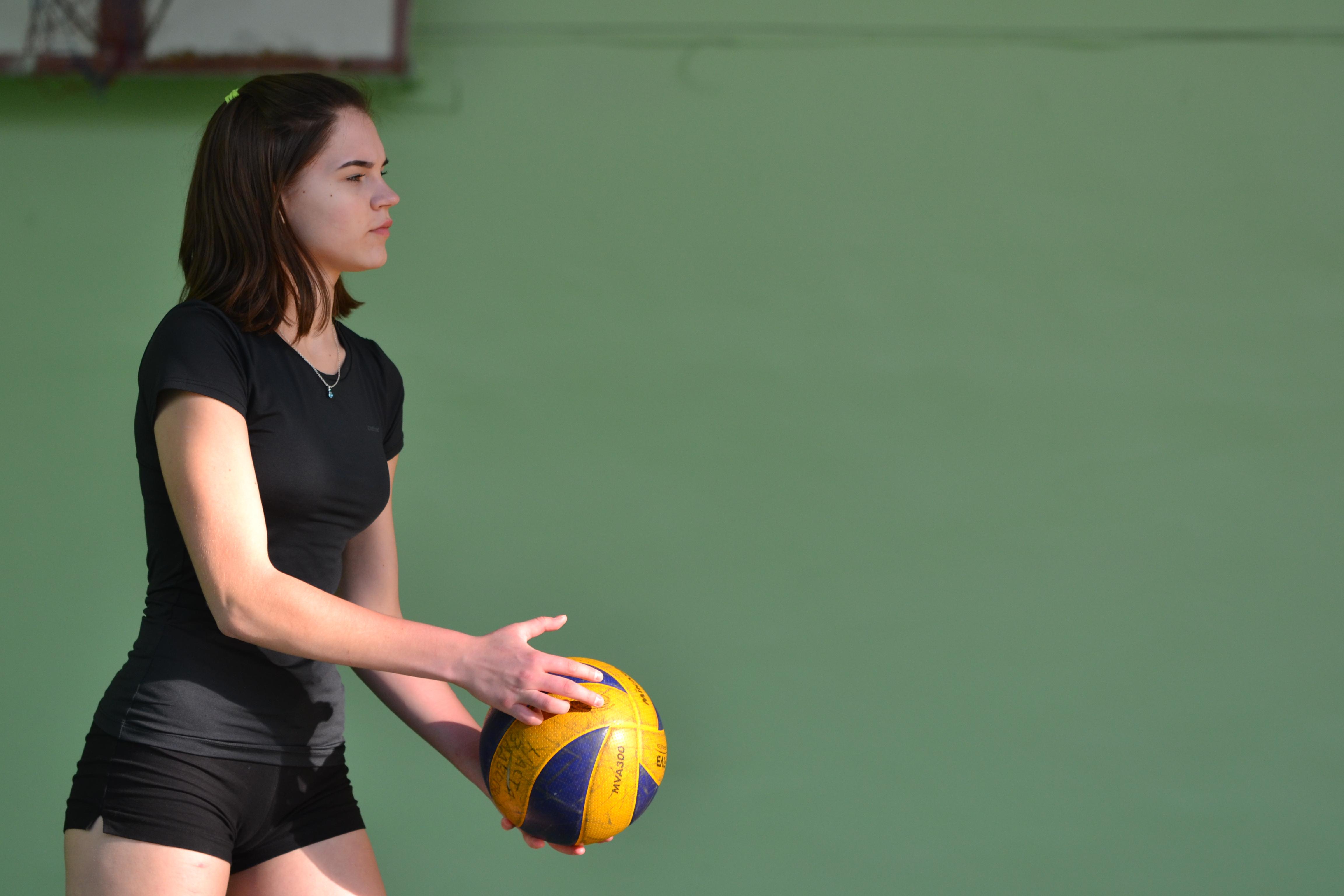 Телка на волейболе, Девчонки устроили обнаженный волейбол на пляже 8 фотография